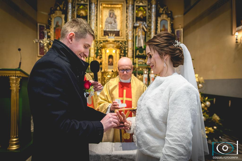 zakładanie obrączki w czasie ślubu