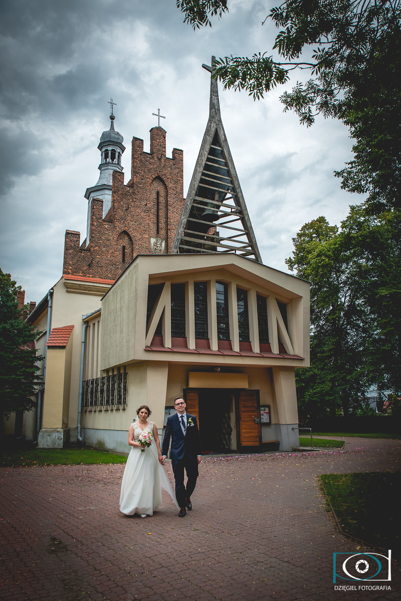 pod kościołem ślub