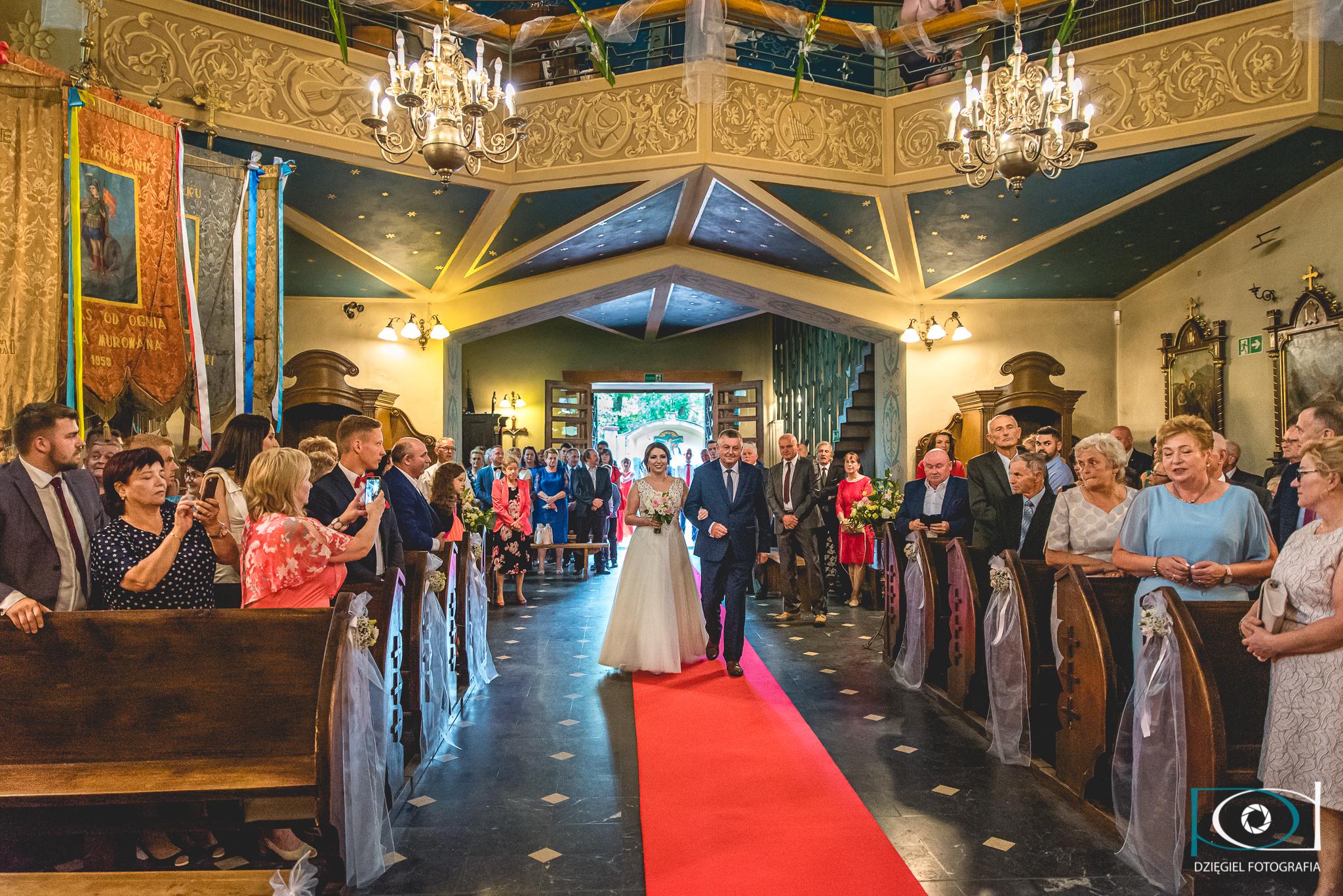 wejście do kościoła -ślub