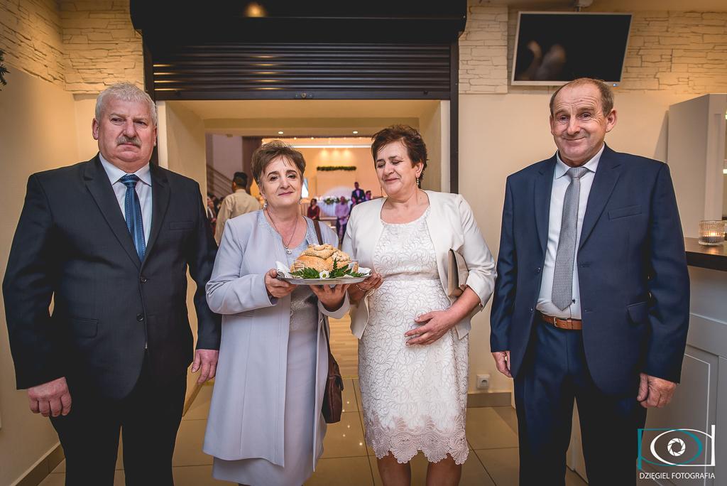 powitanie nowożeńców przez rodziców