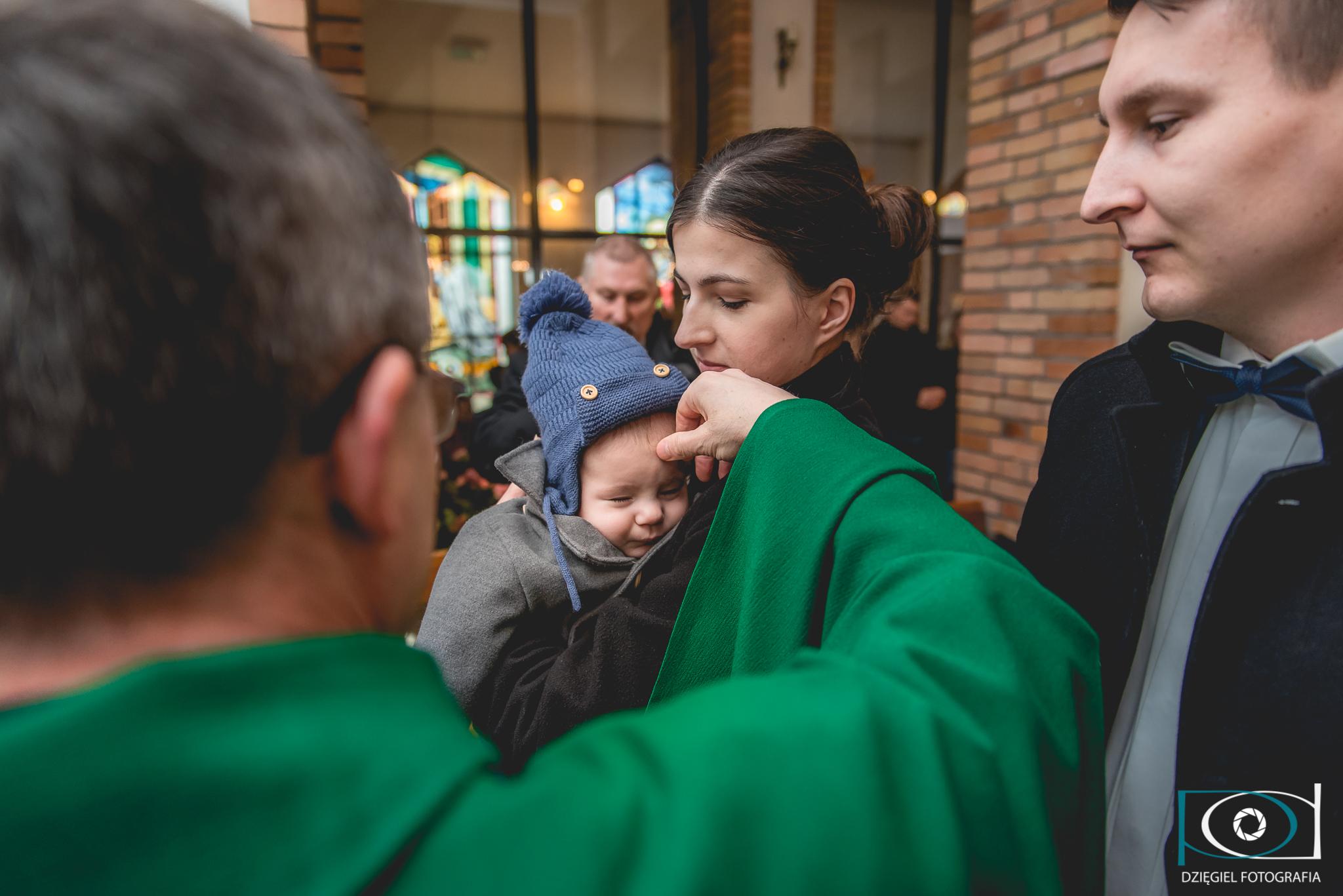 błogosławieństwo dziecka podczas chrztu