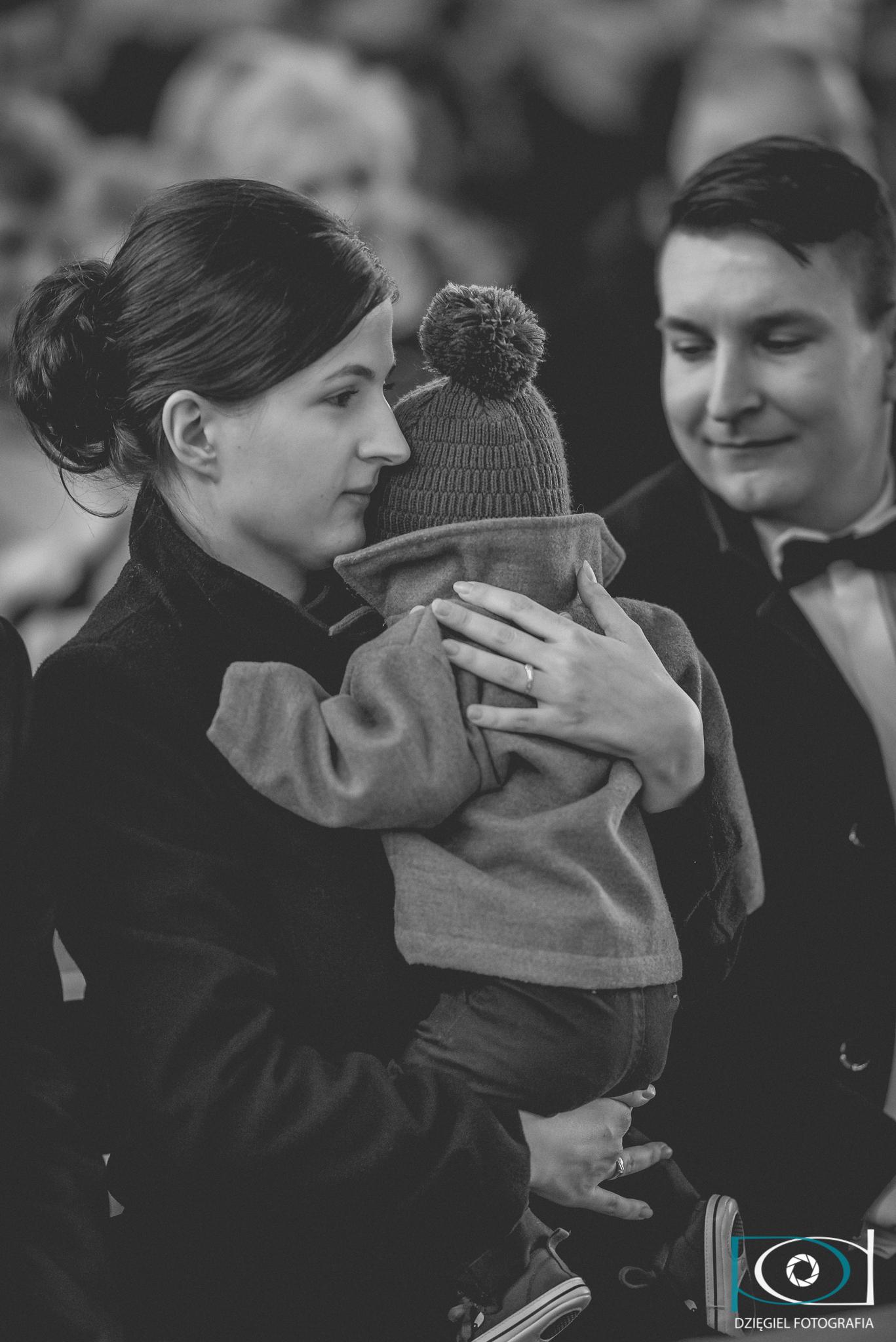 matka z dzieckiem podczas chrztu