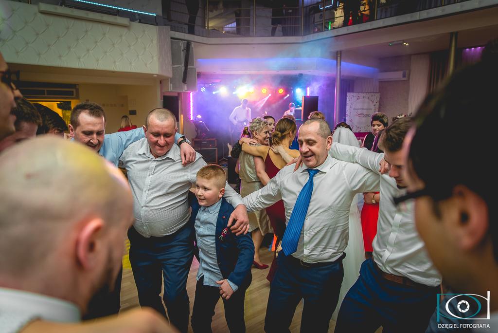 mężczyźni tańczą