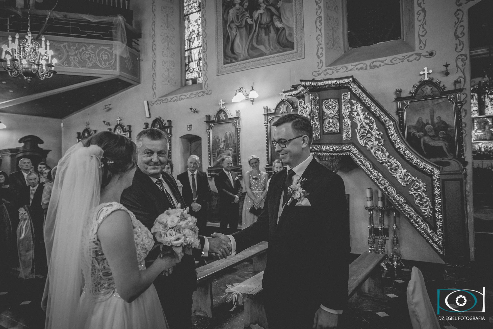 oddanie pani młodej przy ołtarzu panu młodemu ślub