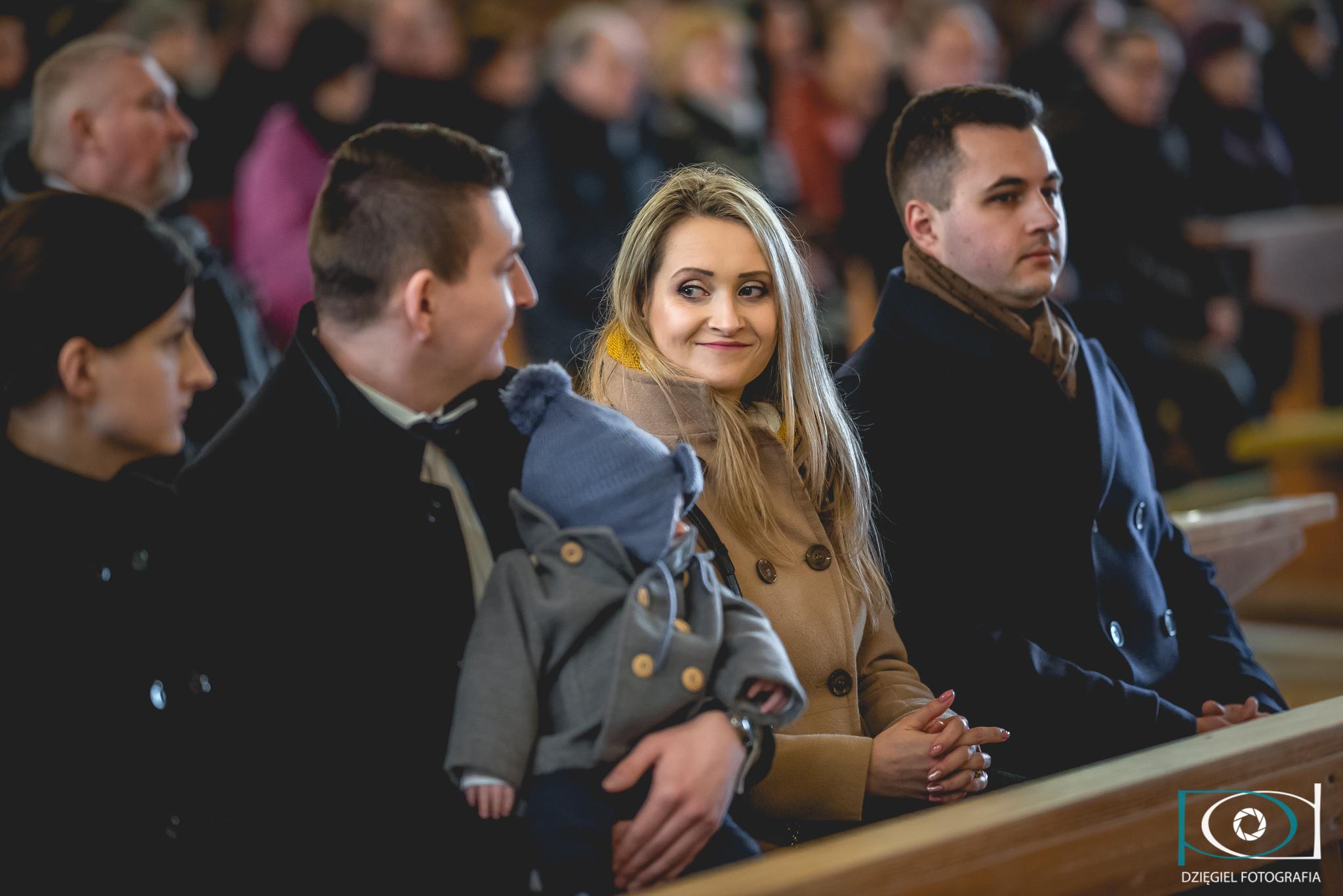 matka chrzestna w kościele podczas chrztu