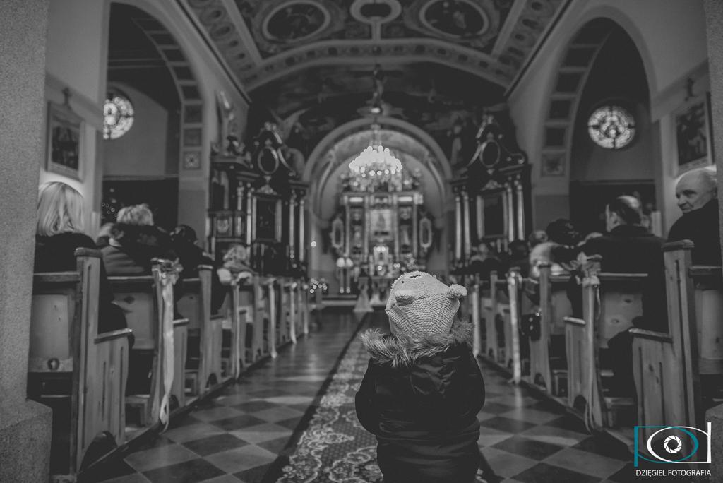 goście w kościele- ślub