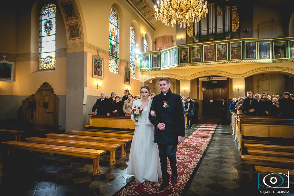 wejście do kościoła-ślub