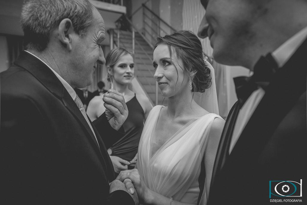 podanie ręki na weselu