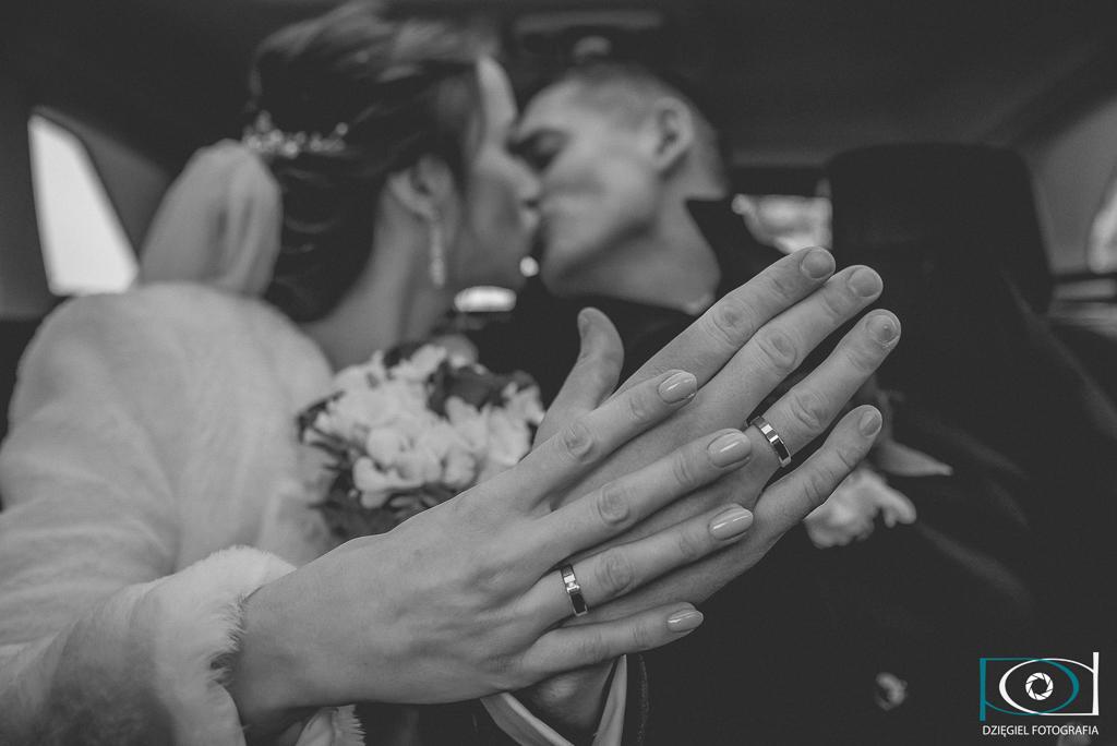 świeżo poślubieni państwo młodzi -obrączki