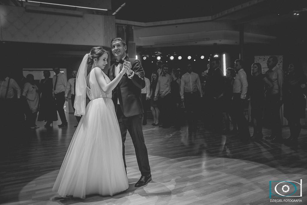 czarno białe zdjęcie z wesela