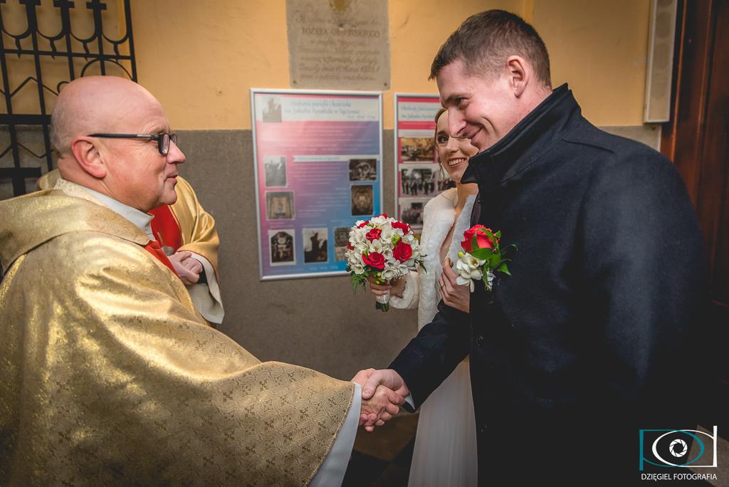 powitanie księdza na ślubie