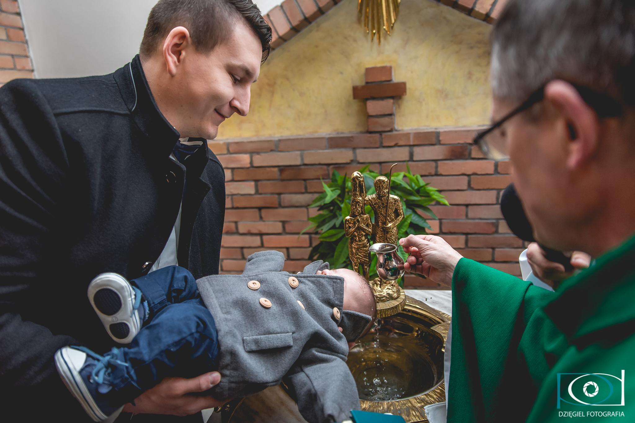 polewanie głowy dziecka podczas chrztu
