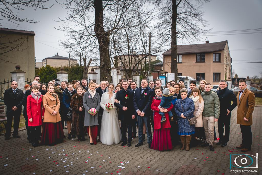 goście weselni pod kościołem